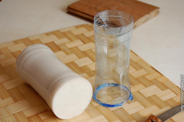На следующий день оторвал подставку, разрезал и снял пластиковую оболочку.