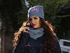 Модный комплект: шапка с аппликацией и шарф.