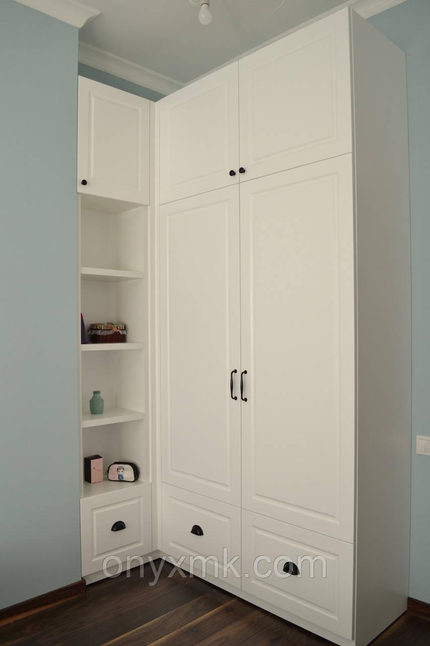 Шкаф с распашными дверьми в классическом стиле