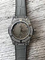 Женские наручные серые часы HUBLOT с камнями