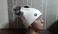 Женская шапка белая  с бубонами на флисе