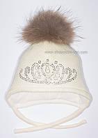 Молочная шапочка с помпоном из меха енота Лиана