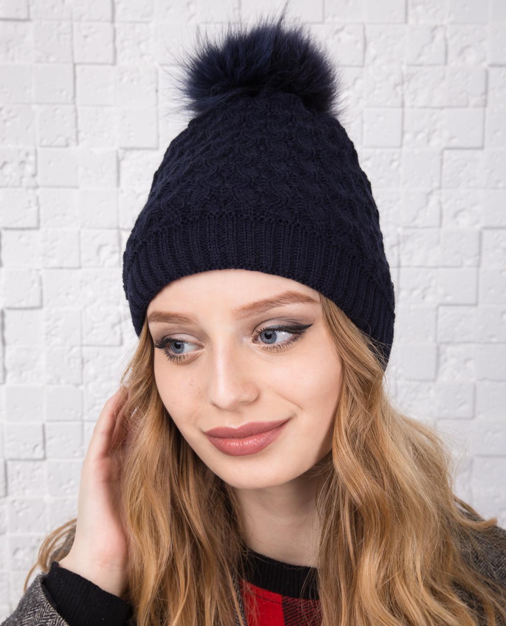 Вязанная женская шапка с меховым помпоном на зиму - Арт 12А (темно-синий)
