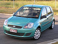 Лобовое стекло на Ford Focus с местом под зеркало, окошком под VIN и молдингом (2006-2011)