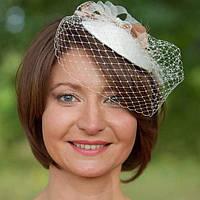 Свадебная шляпка таблетка с бежевым бантом