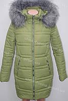Модная теплая зимняя куртка на синтепоне с мехом  оливкового цвета
