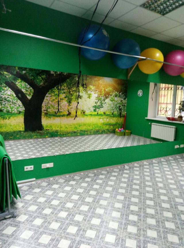 Зеленый зал для проведения курсов по фитнесу в школе Олимпия