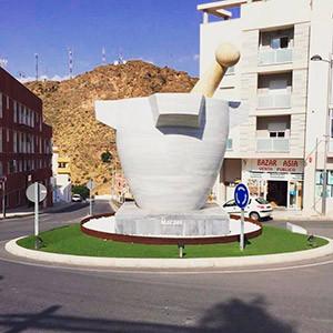 Огромная мраморная ступка как символ города