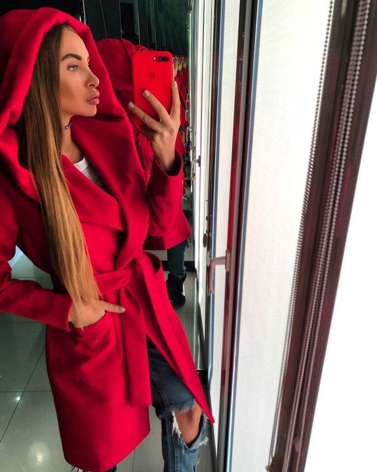 Красивое красное женское пальто