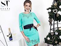 Короткое стильное платье для модниц декорировано перфорацией и широким поясом.