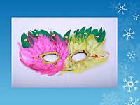 Карнавальная маска с перьями и пайетками