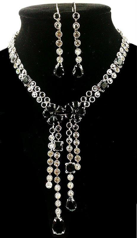 Колье фирмы Xuping. Цвет серебряный. Камни: белый и чёрный циркон.  Длина: 43-51 см Ширина: 130 мм.