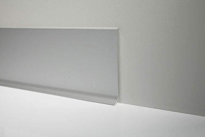 Металлический плинтус Profilpas Metal Line 90/4 анодироованный алюминий, серебро 10*40*2000 мм.