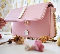 Компактная сумочка через плечо сделает ваш образ