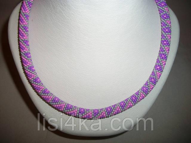 Вязаный из бисера узорный жгут серо-розовый