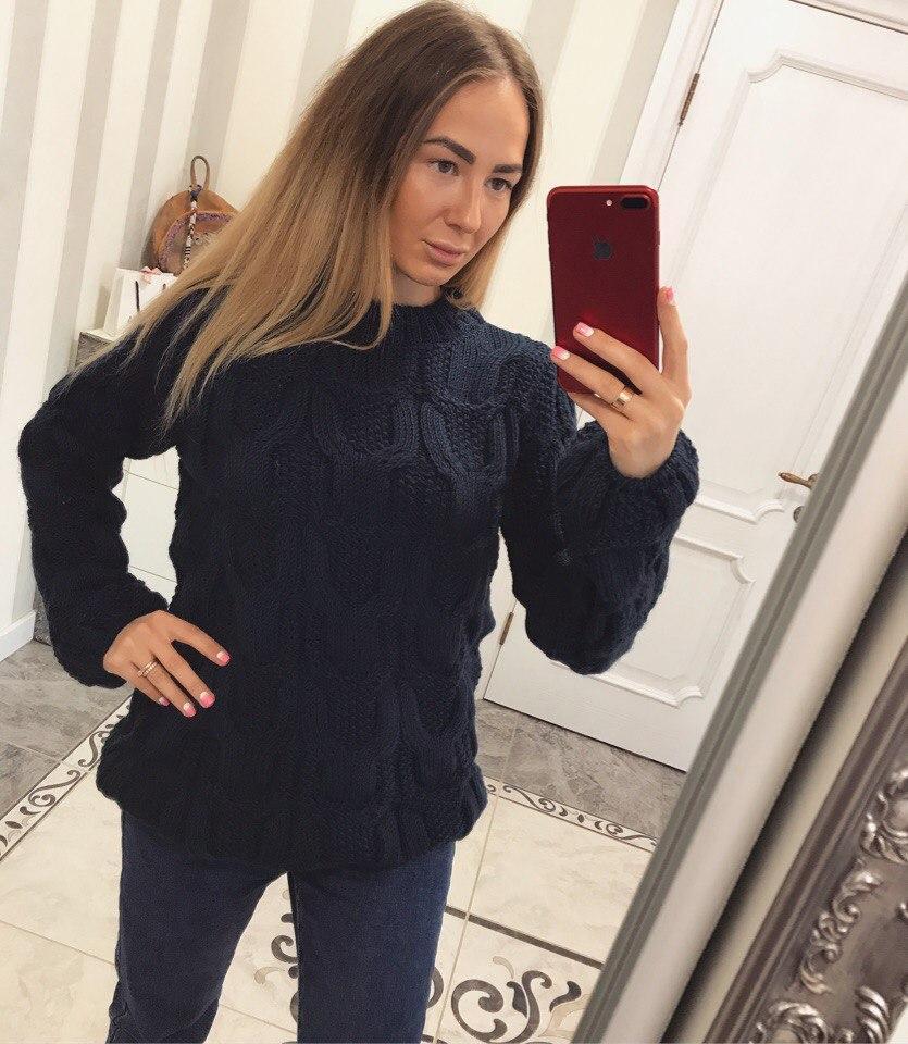 Женский свитер с широким рукавом и крупной вязкой