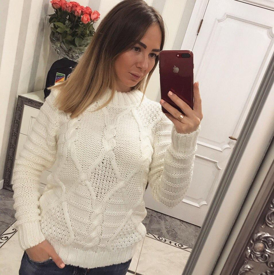 Красивый белый и теплый женский свитер
