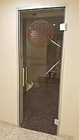 Стеклянные двери в алюминиевой коробке на петлях