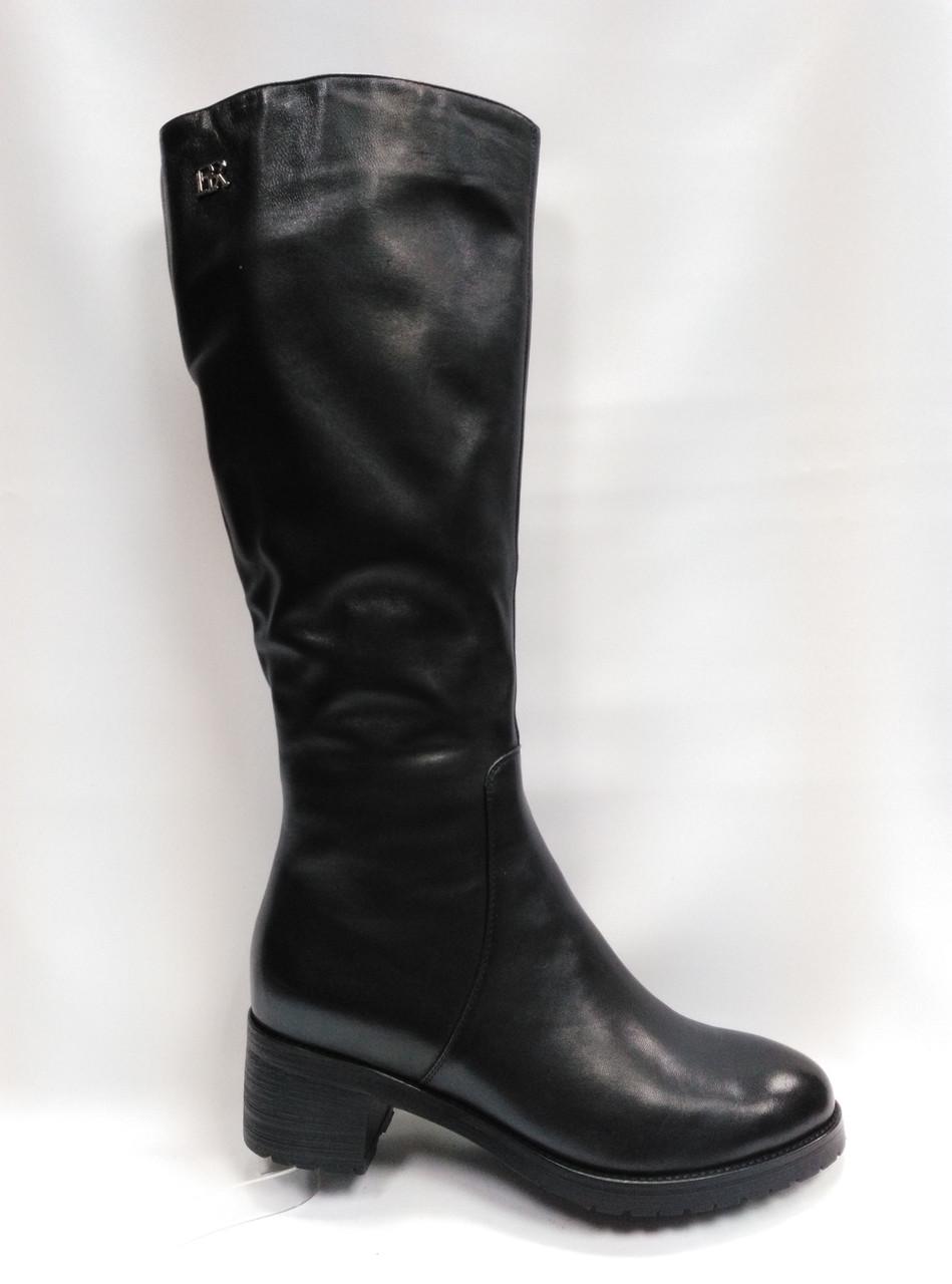 Черные кожаные высокие зимние сапоги .