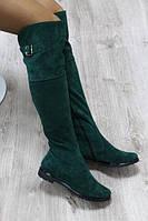 Зимние натуральные замшевые сапоги-ботфорты изумрудного цвета
