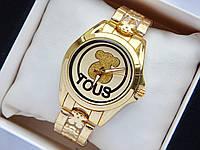 Женские кварцевые наручные часы Tous золотого цвета с фирменным логотипом на циферблате