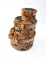 Круглый набор подарочных коробок ручной работы светло-коричневого цвета с чёрным цветком