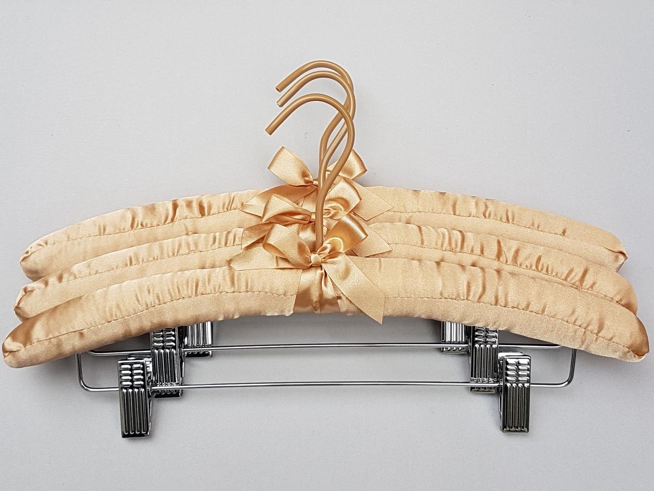 Длина 38 см. Плечики сатиновые мягкие бежевые с прищепками, 3 штуки в упаковке
