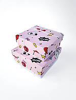 Маленькие квадратные подарочные коробки ручной работы нежно розового цвета с разными значками