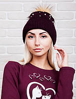 Теплая женская вязаная шапка с бубоном из эко-меха, бордовая