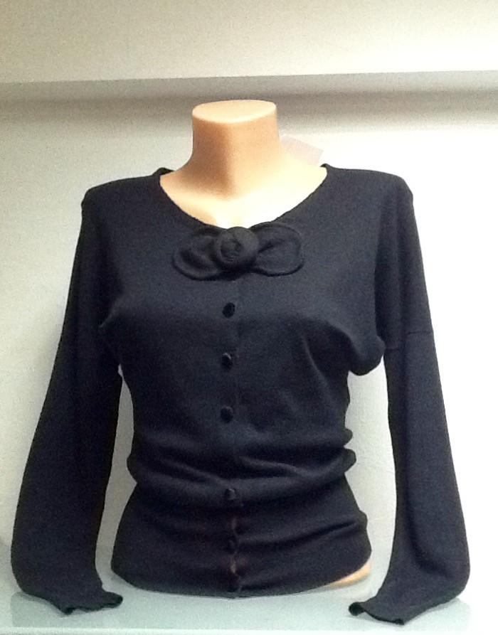Кофта на пуговицах черная женская с розочкой