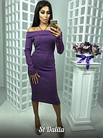 Яркое женское платье модного фасона со спущенными плечами