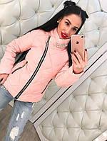Стильная болоньевая розовая куртка на молнии с брошью