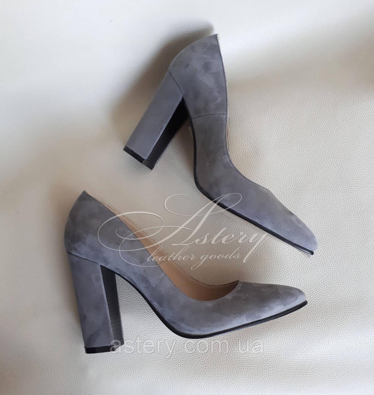 Женские серые замшевые туфли на толстом каблуке