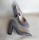 Женские серые замшевые туфли на толстом каблуке, фото 3