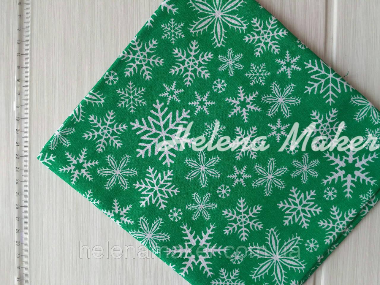 Отрез новогодней ткани Снежинки на зеленом фоне 50*50 см