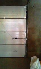 Ригельный замок с нажимной ручкой и тросом разблокировки автоматики для гаражных ворот Алютех серии Стандарт.