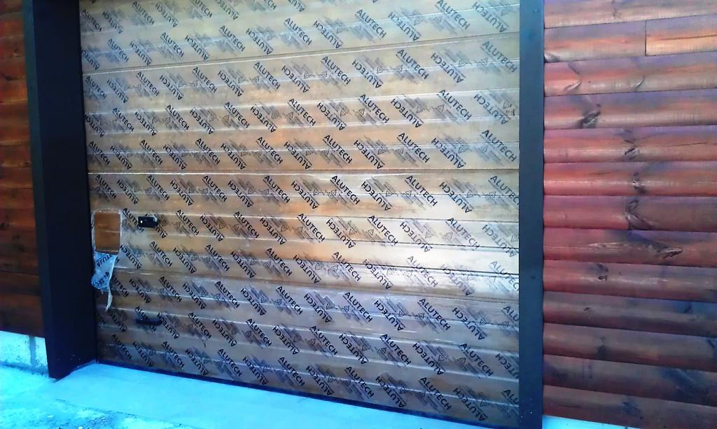 Секционные гаражные ворота Алютех в цвете золотой дуб, тип панели S-гофр, 2900х2370
