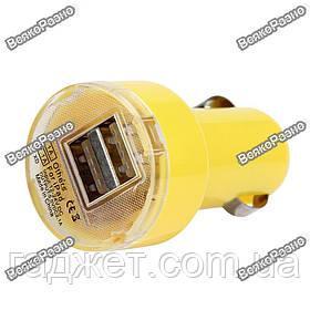 Универсальное автомобильное зарядное устройство  с двумя  USB портами желтого цвета.