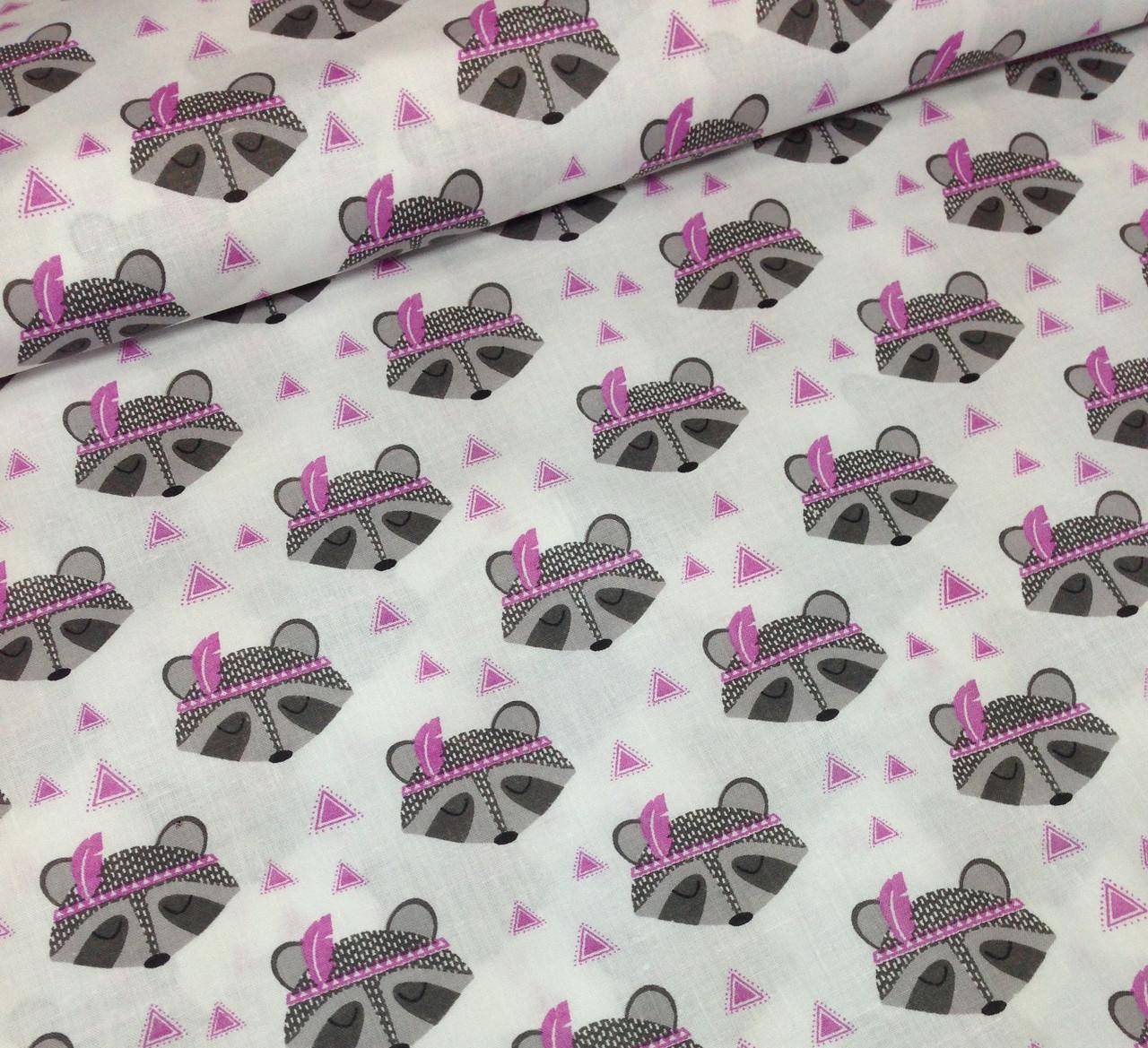 Хлопковая ткань польская еноты серые с фиолетовыми перьями и треугольниками №351