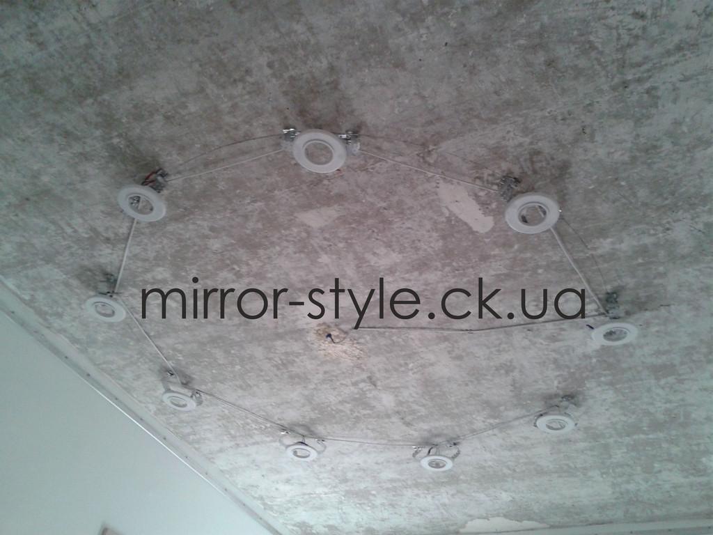 Белый глянцевый натяжной потолок с точечными светильниками 2
