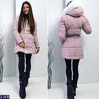 1348063a691 Зимняя женская куртка до колен с поясом на застежке и мехом на воротке  сиреневого цвета.