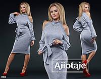 Модное теплое платье на поясе с вырезом на плечах серого цвета