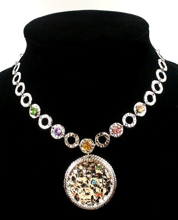 Колье фирмы Xuping. Цвет серебряный. Камни: циркон разных цветов. Длина: 41 см Ширина: 45 мм.