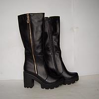 Сапоги из натуральной кожи черного цвета на устойчивом каблуке