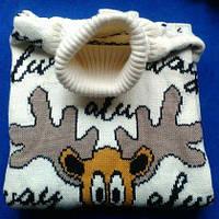 Женский свитер с оленями белый