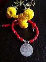 Коралловые бусы с серебряной монетой