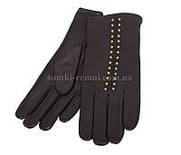Женские кожаные перчатки с заклепками