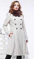 Пальто женское с меховым воротником.
