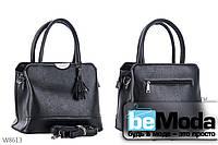 Модная и очень удобная женская сумка Kiss me с красивым брелком черная