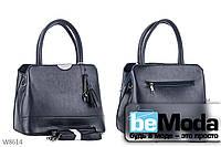 Модная и очень удобная женская сумка Kiss me с красивым брелком синяя